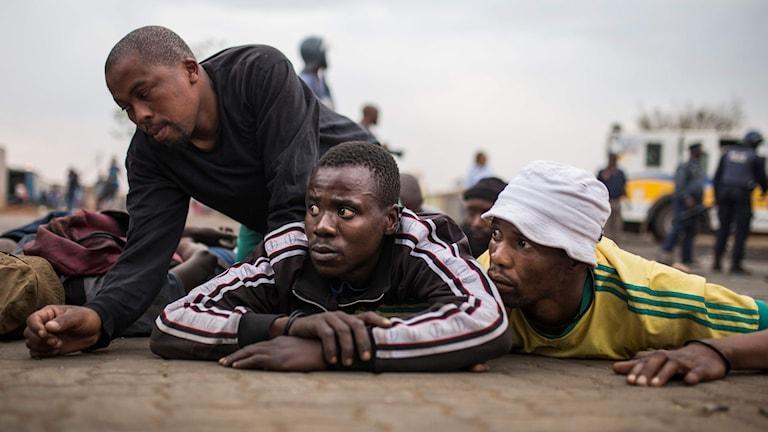 Demonstranter arresteras under oroligheter i Johannesburg, Sydafrika.
