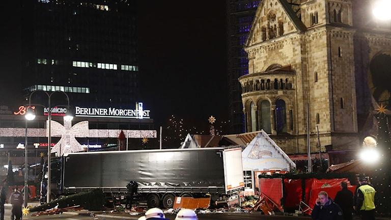 Lastbilen körde in i en julmarknad vid Kejsar Wilhelms minneskyrka i Berlin.