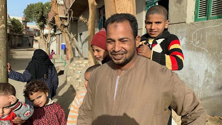 Raed i byn Zaafarana där kristna jagades bort anklagade för att bygga olaglig kyrka. Raed säger: vi är som syskon kristna o muslimer, vi äter o dricker tillsammans. Men Raed var en av dem som ropade slagord mot den provisoriska kyrkan.