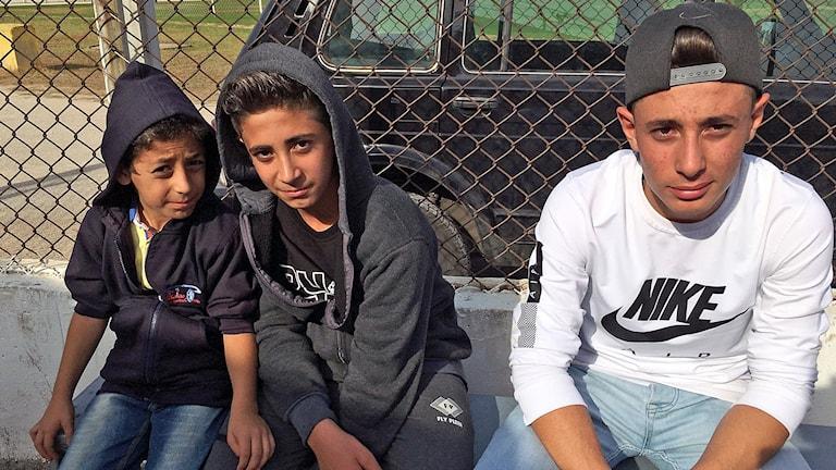 Bröderna Khalife sitter och väntar på att få kliva på bussen till Damaskus.