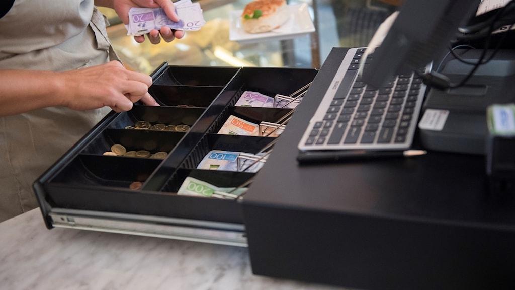Kassaapparat med kontanter