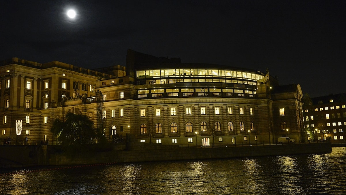 A picture of Sweden's parliament building after dark.