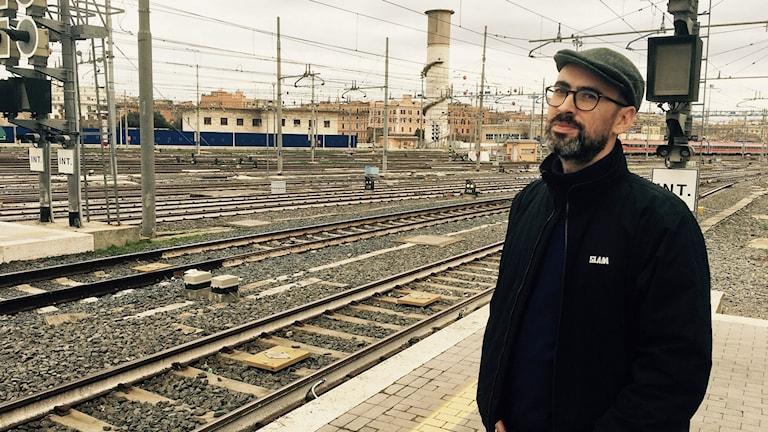 """Francesco Conte står bakom Termini tv, ett filmprojekt med möten på tågstationer, inte minst Roms centralstation. Här står han intill det han kallar """"havet"""", där tågen kommer och går."""