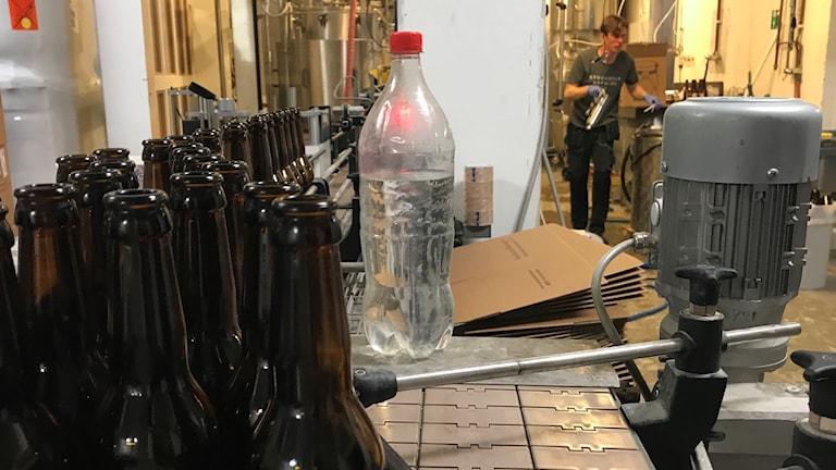 """""""När dagens buteljering är färdig återstår flera timmars städning för Albin Larsson och hans kollegor på mikrobryggeriet Stockholm Brewing."""""""