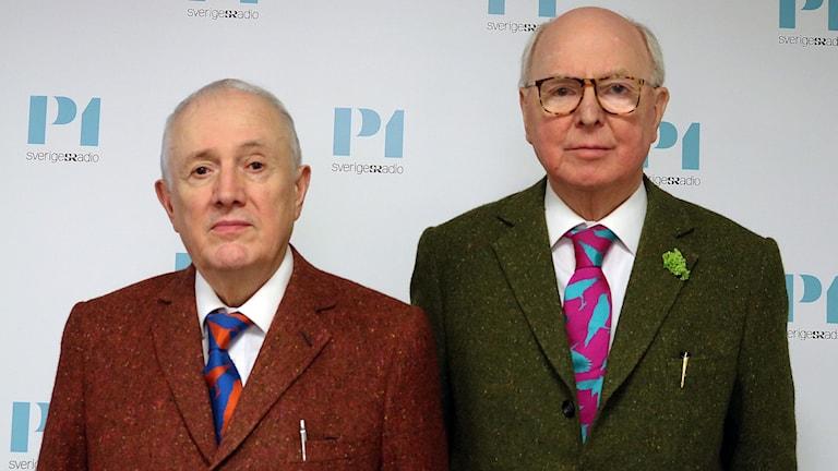 Konstnärsduon Gilbert och George tittar rakt in i kameran