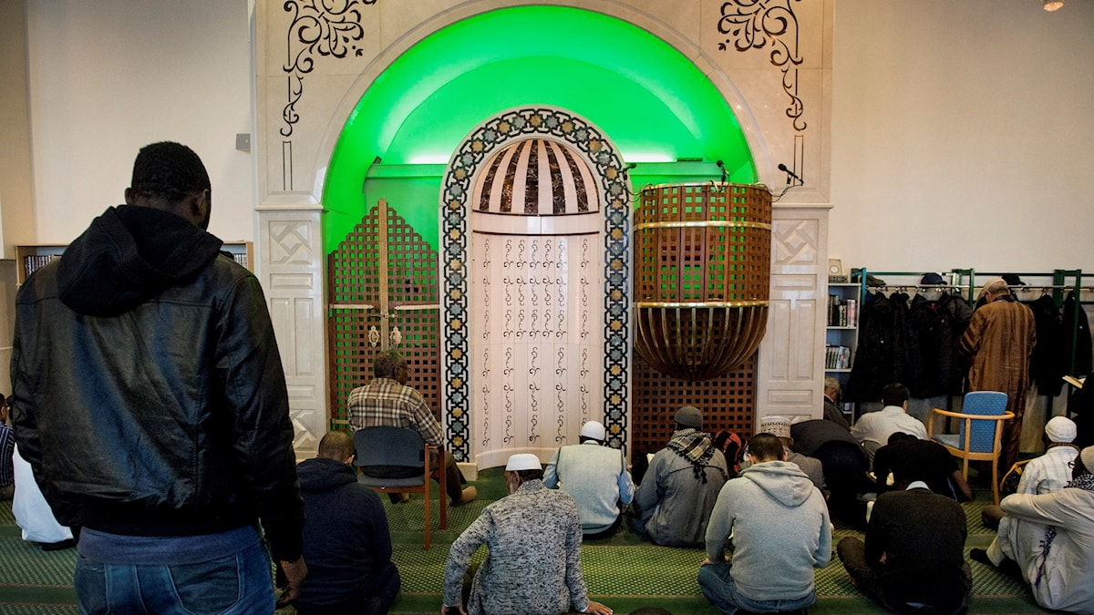 Fredagsbön i Stockholms moské. Förhöjt terrorhot, men få konkreta detaljer. När rädslan sprider sig riskerar svenska muslimer att misstänkliggöras