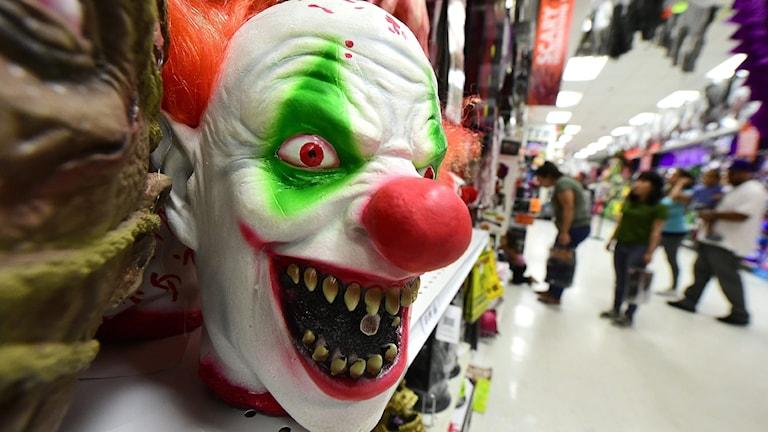 flera svenska skolor har infört förbud mot masker och att klä ut sig till clown.