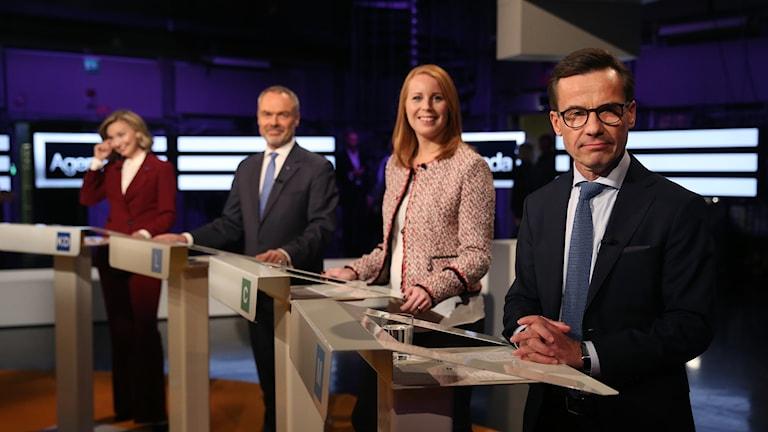 Ulf Kristersson (M) bredvid sina Allianskollegor under partiledardebatten.