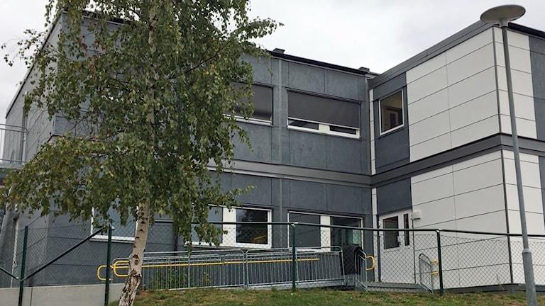 Albäcksskolan i Hultsfred, en av alla skolor som fått hyra in skolmoduler för att få lokalerna att räcka till. Kommunens kostnader för de extra modulerna är tio miljoner kr per år.