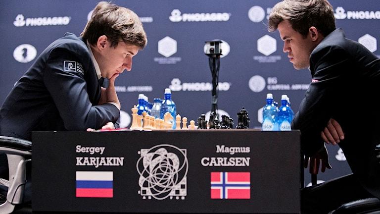 Magnus Carlsen, t.h., möter Sergej Karjakin i schack-VM.