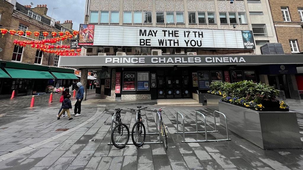Måndag 17/5 får Londons världsberömda kulturinstitutioner öppna igen, många av dem har mer eller mindre varit stängda i ett år. Biografen Prince Charles Cinema vid Leicester Square är ett exempel. Halv publikapacitet är det som gäller från nästa vecka för teatrar, biografer och konsertlokaler.