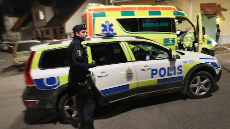 Polisen och ambulans på platsen där en skottlossning har inträffat i området Eriksfält i Malmö på måndagskvällen.