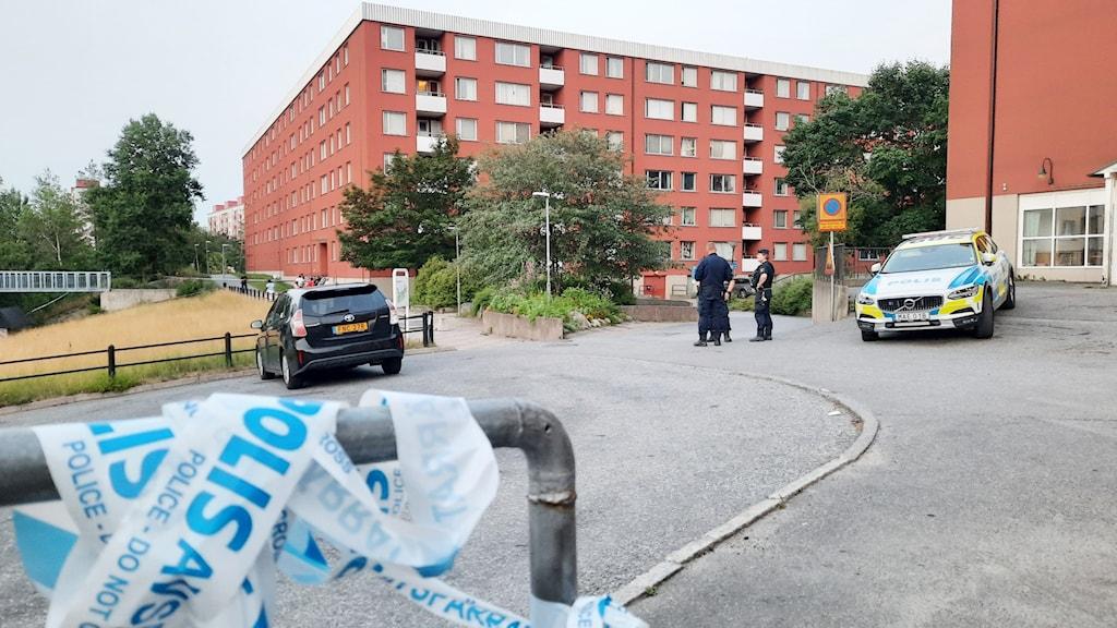 Poliser på plats i Flemingsberg där man fick in larm om skottlossning på lördagskvällen.