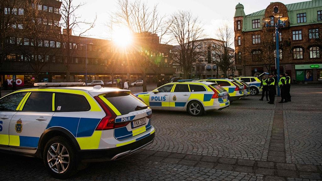 Polisbilar parkerade på torget en dag efter knivattackerna i centrala Vetlanda.