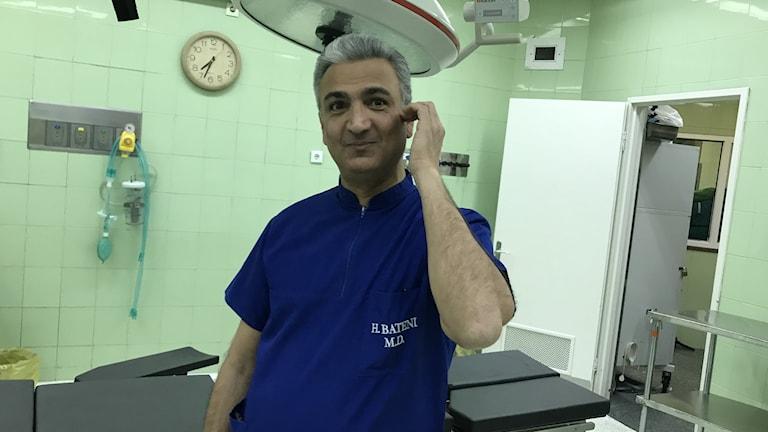 Han haft patienter från Sverige, främst svenskar med iranska rötter, bekräftar plastikkirurgen Hamed Bateni på Mehrs allmänna sjukhus i Teheran.