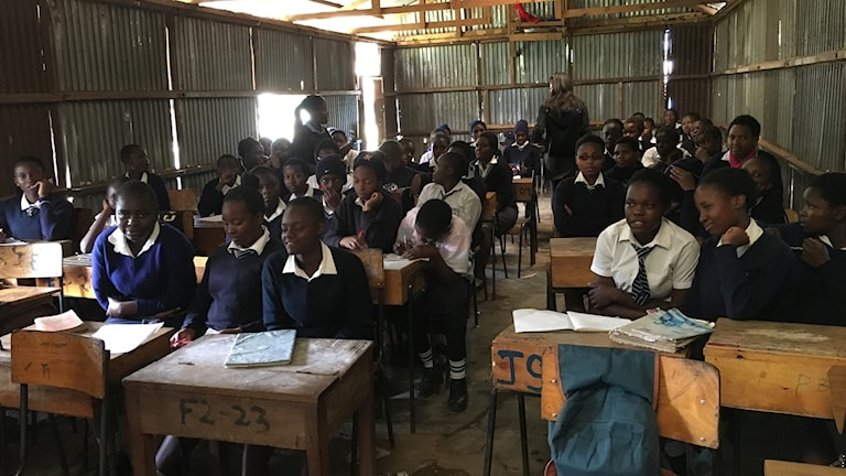 Samtidigt som killarna utbildas lär sig tjejerna i klassen självförsvar.