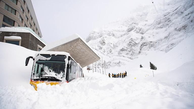 Snöhögar på en skidort i Schweiz. Genrebild.