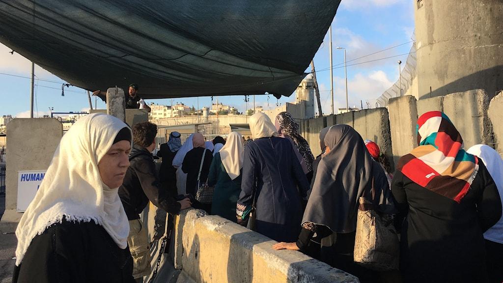 Kvinnor släpps in i Israel under ramadan vid checkpoint Qalandia, vägspärren mellan Ramallah och Jerusalem.