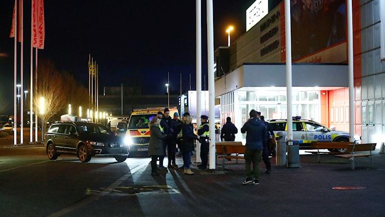 Polispatruller utanför Coop i Bäckebol, där en misstänkt kvinna greps av polisen.