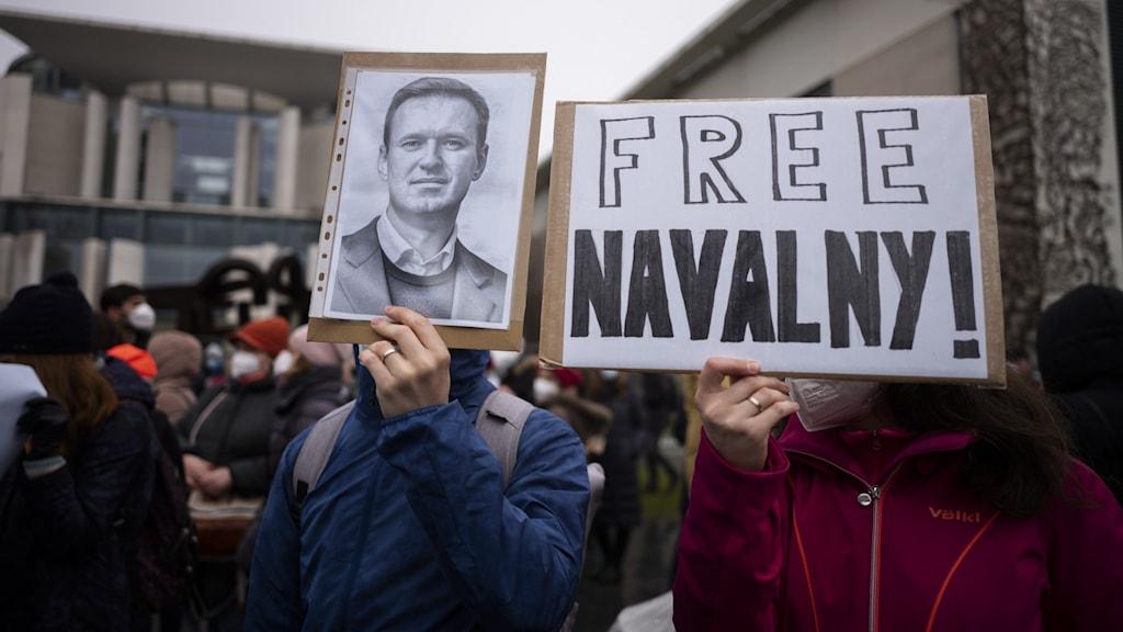 demonstranter med plakat där det står Free Navalnyj