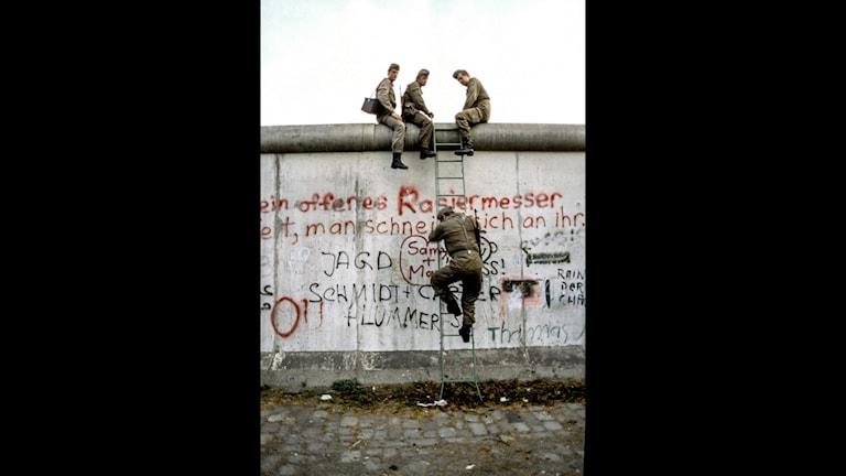Östtyska gränsvakter inspekterar Berlinmuren i Östberlin, Östtyskland, 1984.
