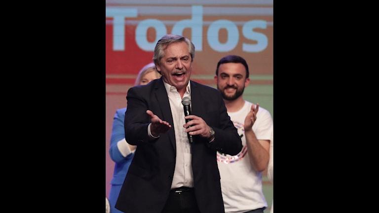 I Argentina har utmanaren Alberto Fernandez i natt har utropat sig till segrare i presidentvalet och fått sittande president Mauricio Macri på fall.