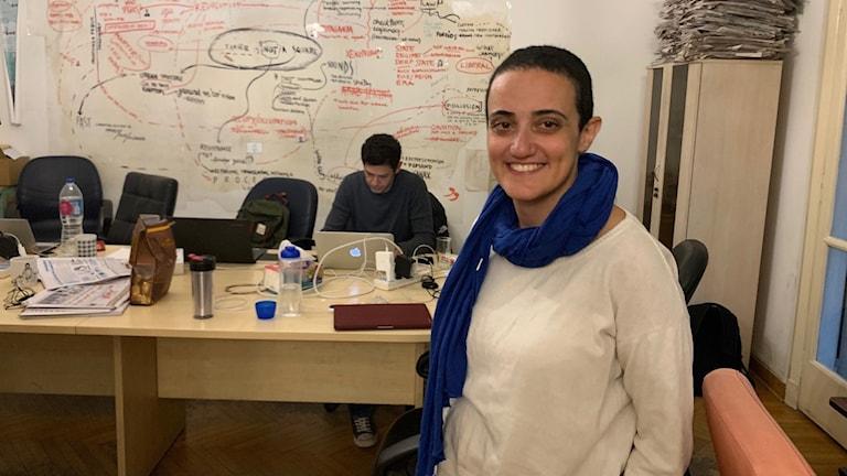 Chefredaktör Lina Attalah på Mada Masr redaktionen.