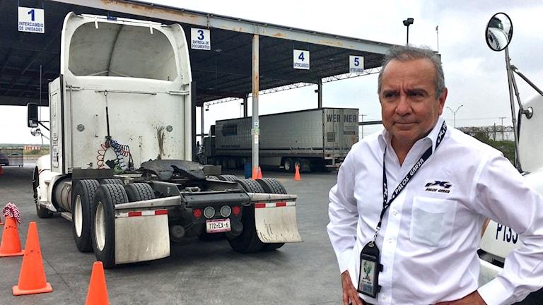 Mario Palos Garza driver ett transportföretag i Nuevo Laredo, en av de viktigaste handelspassagerna mellan USA och Mexiko.