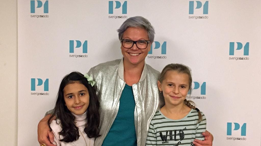 Läraren och programledaren Karin Nygårds tillsammans med eleverna Alva Moshiri och Anastasia Leppifd.