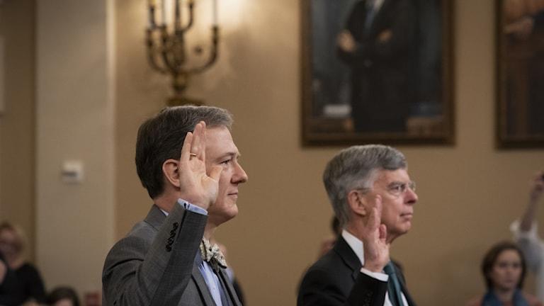 UD-tjänstemannen George Kent (vänster) och diplomaten William Taylor (höger) svärs in inför förhören i kongressen.