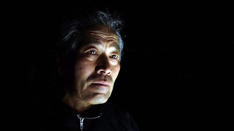 asiatisk man allvarlig, svart bakgrund