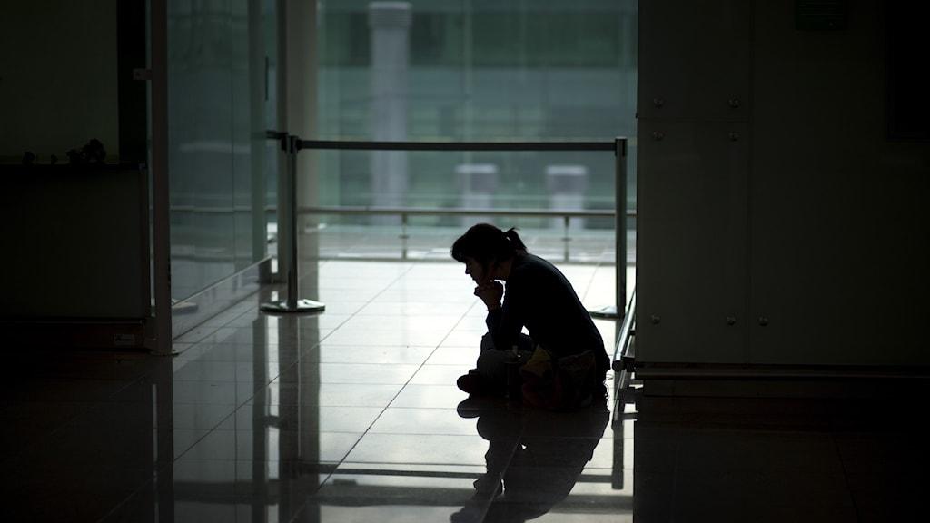 Ensam kvinna väntar.