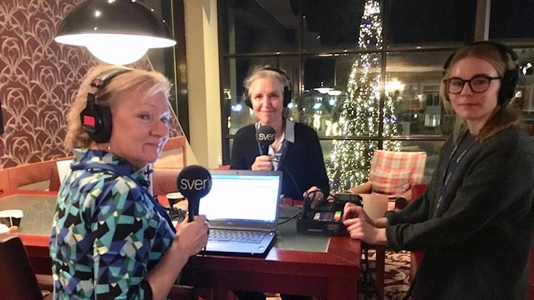 Programledare Anna Hernek, Ekots politiska reporter Inger Arenander och tekniker Lisa Abrahamsson är på plats på rikskonferensen Folk och Försvar på Högfjällshotellet i Sälen.