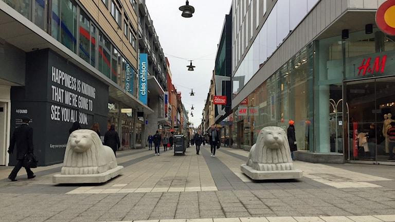 Två av de nya betonglejonen på Drottninggatan.