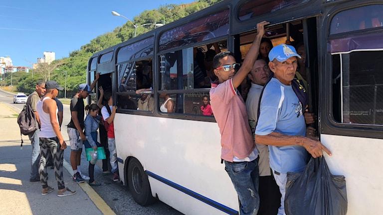 Bristen på bensin och reservdelar gör det svårt att transportera sig i Venezuela. De bussar som alls är i drift är överfulla.