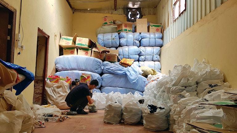 Med höga hyror och priser har en del syrier svårt att klara sig i Sudan. Här i lagret Stödkommittén för syriska familjer i Sudan delar man ut förnödenheter till de syrier som behöver.
