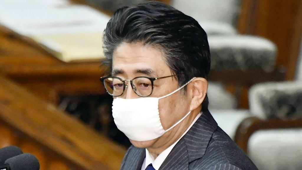 Japans premiärminister i munskydd.