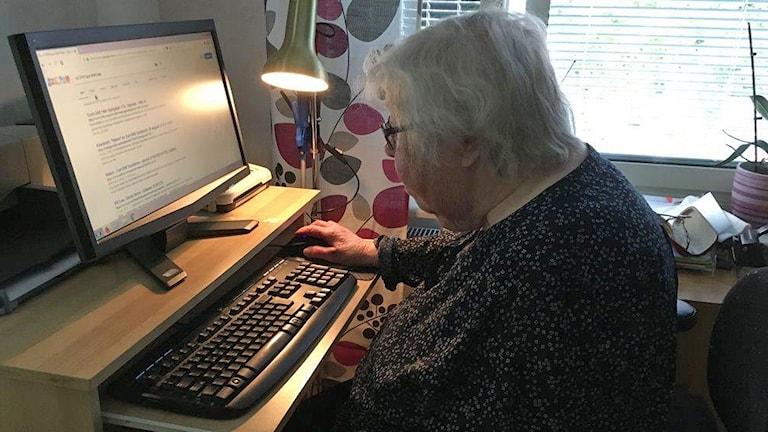 Gun Britt Hals hemma vid datorn.