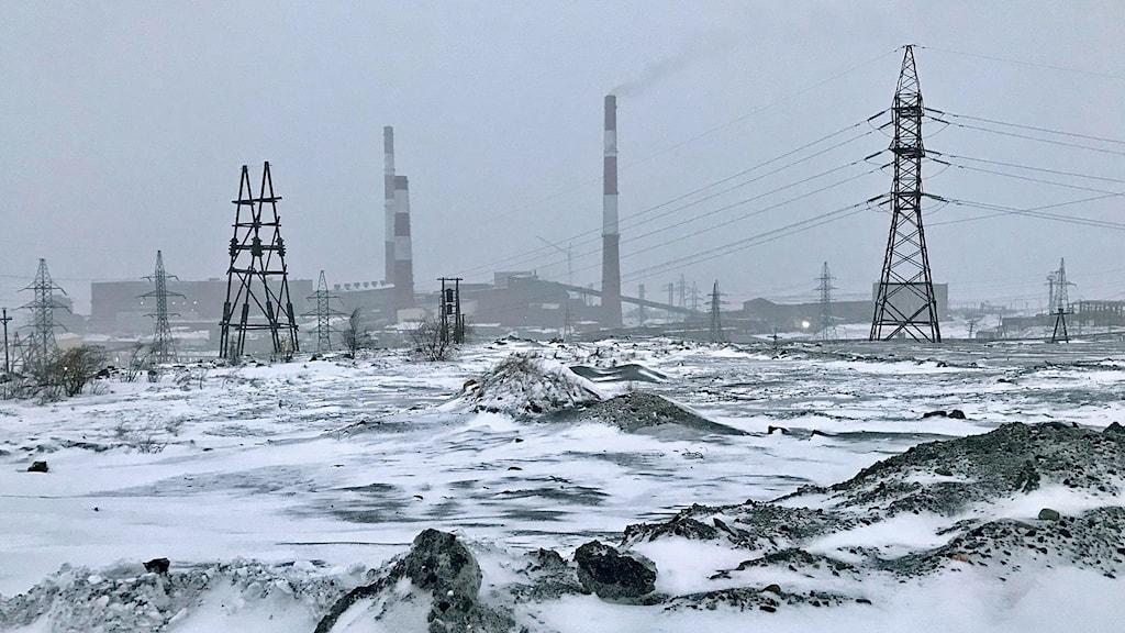 Nickelfabriken ska läggas ner. Vad de drygt 10 000 som bor i den arktiska fjällvärlden i Nikel ska göra i framtiden är osäkert.