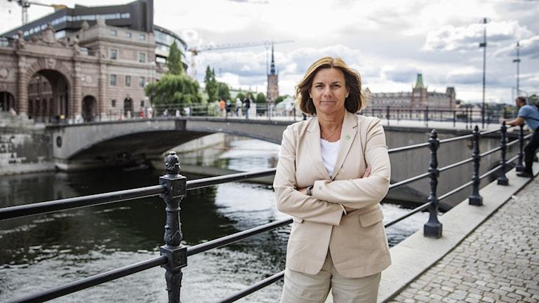 Kvinna i ljus kostym vid vattnet i Stockholm.