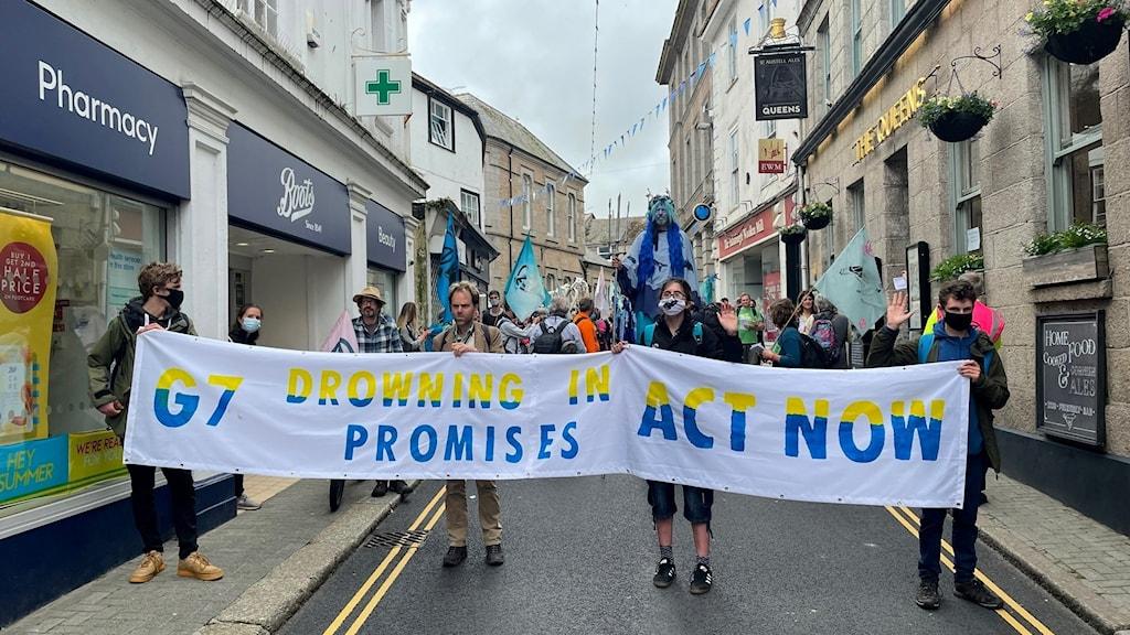 Klimatdemonstration med banderoll.