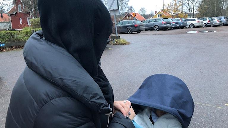 Samaa med sin son i barnvagnen.