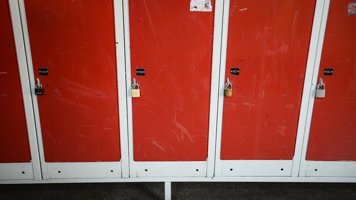Röda skåp i en skolkorridor