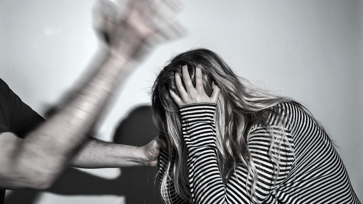arrangerad bild av man som slår kvinna.