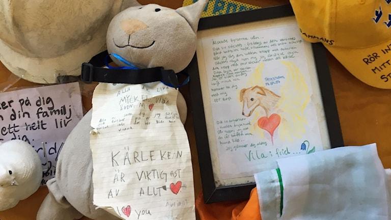 Kramdjur och minnestavla över den hund som dog i terrorattacken.