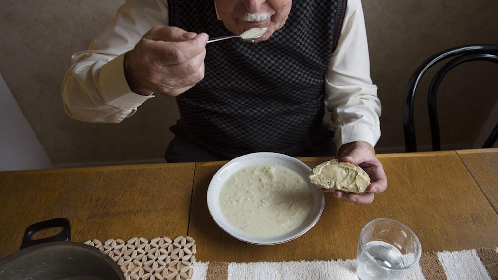 Äldre ska kunna få rut-avdrag för enklare matlagning, enligt ett nytt förslag.