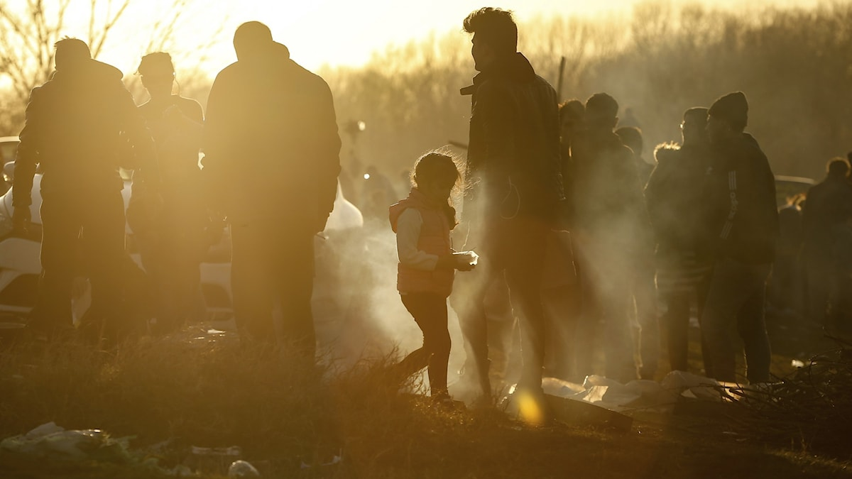 Migranter på ett fält nära turkiska Edirne, vid den turkgrekiska gränsen. Tusentals människor försökte i i början av mars ta sig över till Europa efter att Erdogan öppnat gränsen.