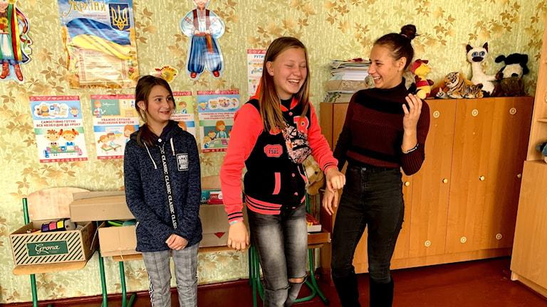 Julia, Nastia och Polina på skolan i Troitske.