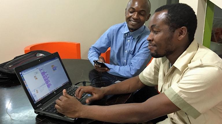 Abubakar J Mohamed lär sig ett nytt programmeringsspråk som han i sin tur ska lära andra under Africa Code Week. På bild är också Anthony Raphael.