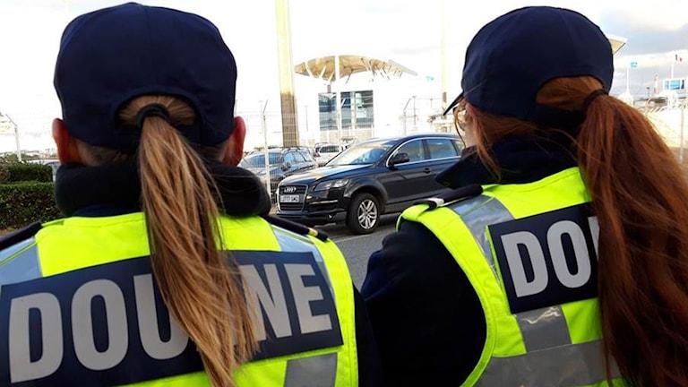 Aurélie och Céline vid tullen i Calais varifrån färjan till Dover går.